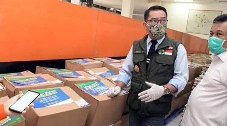 Gubernur Jawa Barat Ridwan Kamil mengecek logistik penyalurkan bansos dari Pemerintah Provinsi Jabar