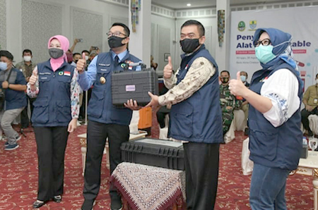 Siska Gerfianti saat mendampingi Gubernur Ridwan Kamil pada acara penyerahan PCR Portable kepada 27 Kab Kota Copy