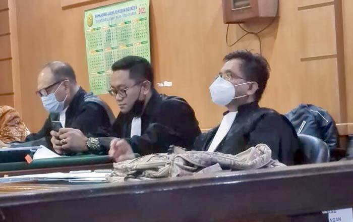 Tim penasihat hukum Dadang Suganda Efran Helmi Juni Kiri Ugi Julian Tengah dan Anwar Djamaludin Kanan . Foto ist