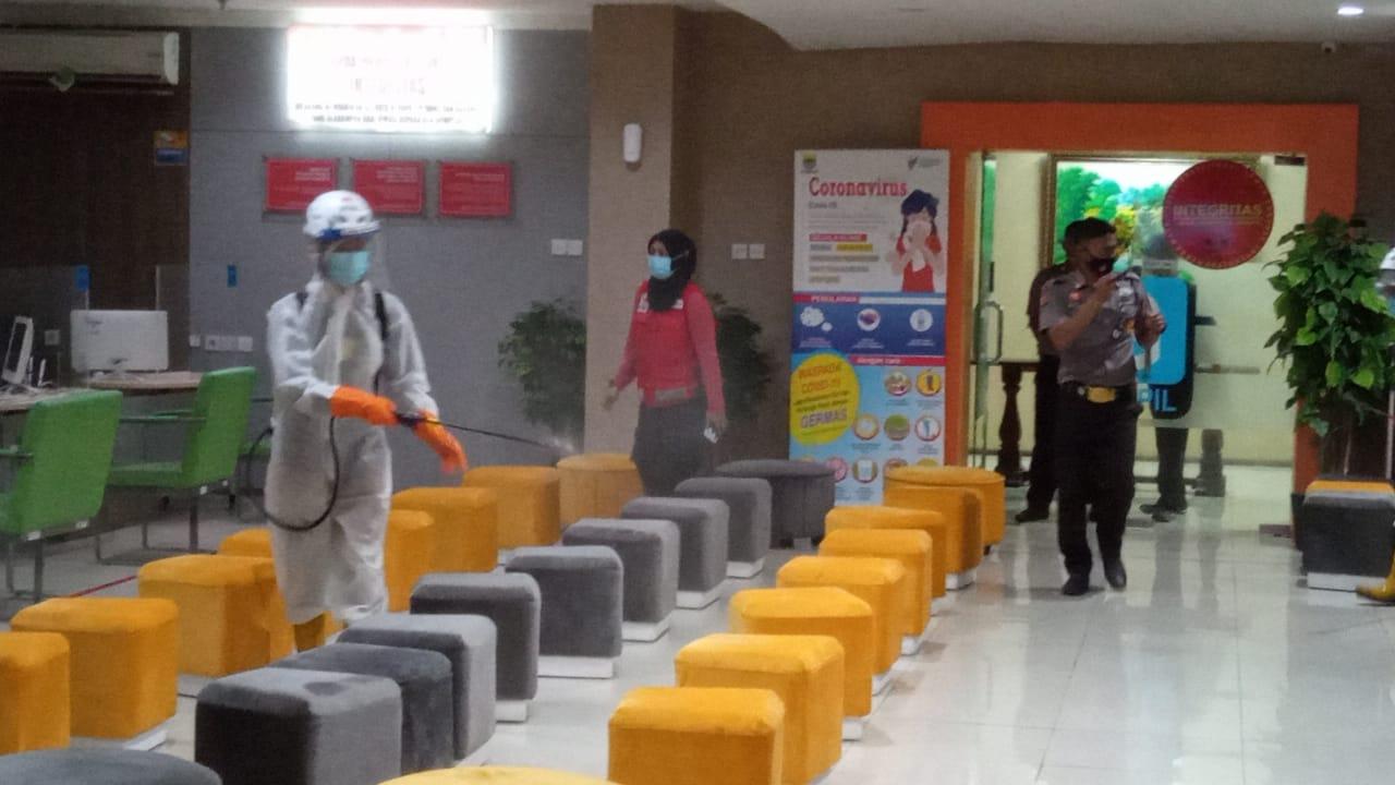 Tim spraying disinfektan PMI Kota Bandung