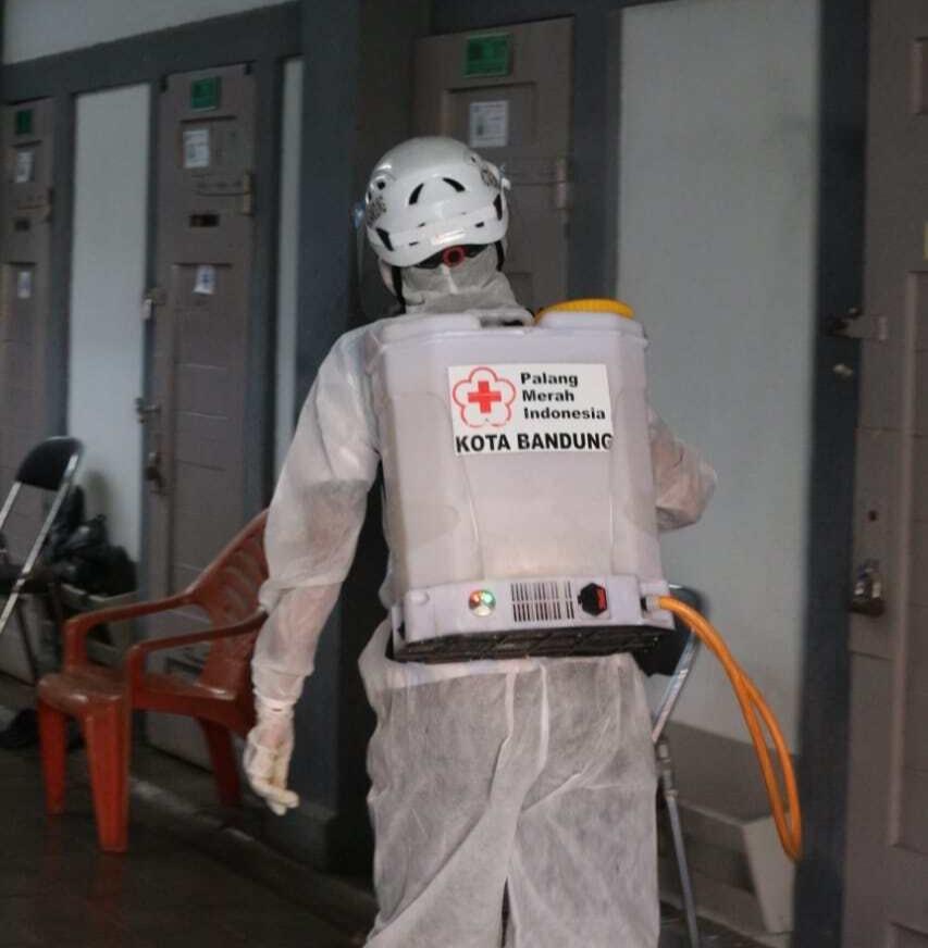 Menyusul meningkatnya angka COVID-19, Palang Merah Indonesia (PMI) Kota Bandung melakukan penyemprotan disinfektan di Lapas Sukamiskin, Jalan AH Nasution Bandung (22/6/2021). (Foto: IST)