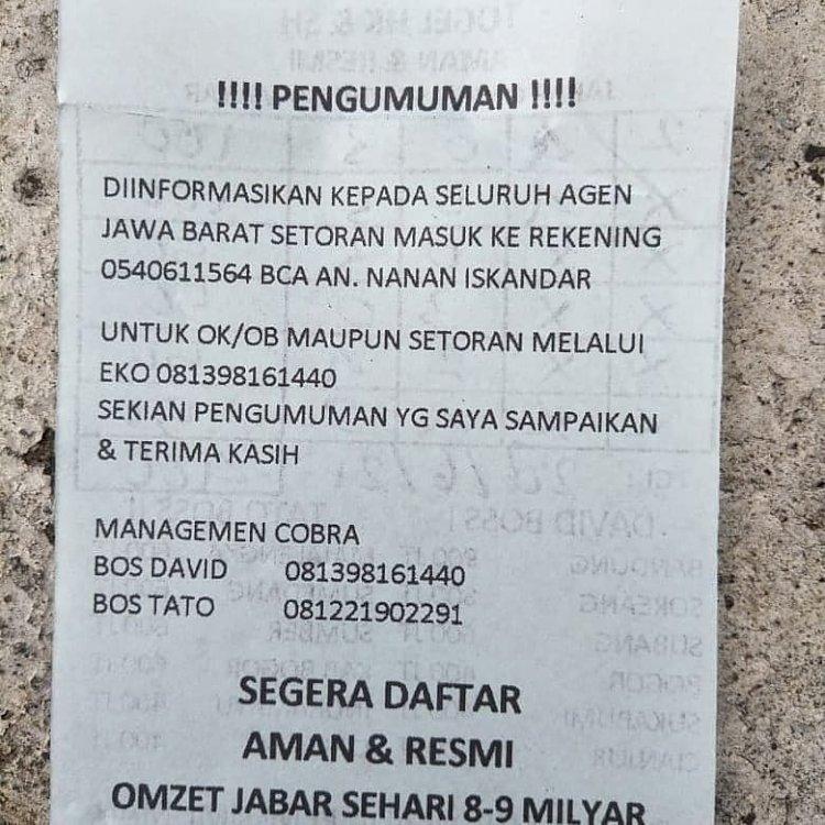 Penyebaran kupon judi Togel di Jl.Diponegoro Bandung tepat di depan Gedung Sate Bandung,, Rabu pagi (29/6/2021).