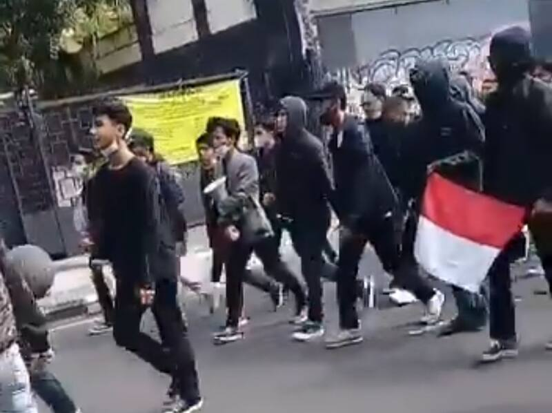Aksi Massa Tolak PPKM di Bandung (Foto: Twitter)